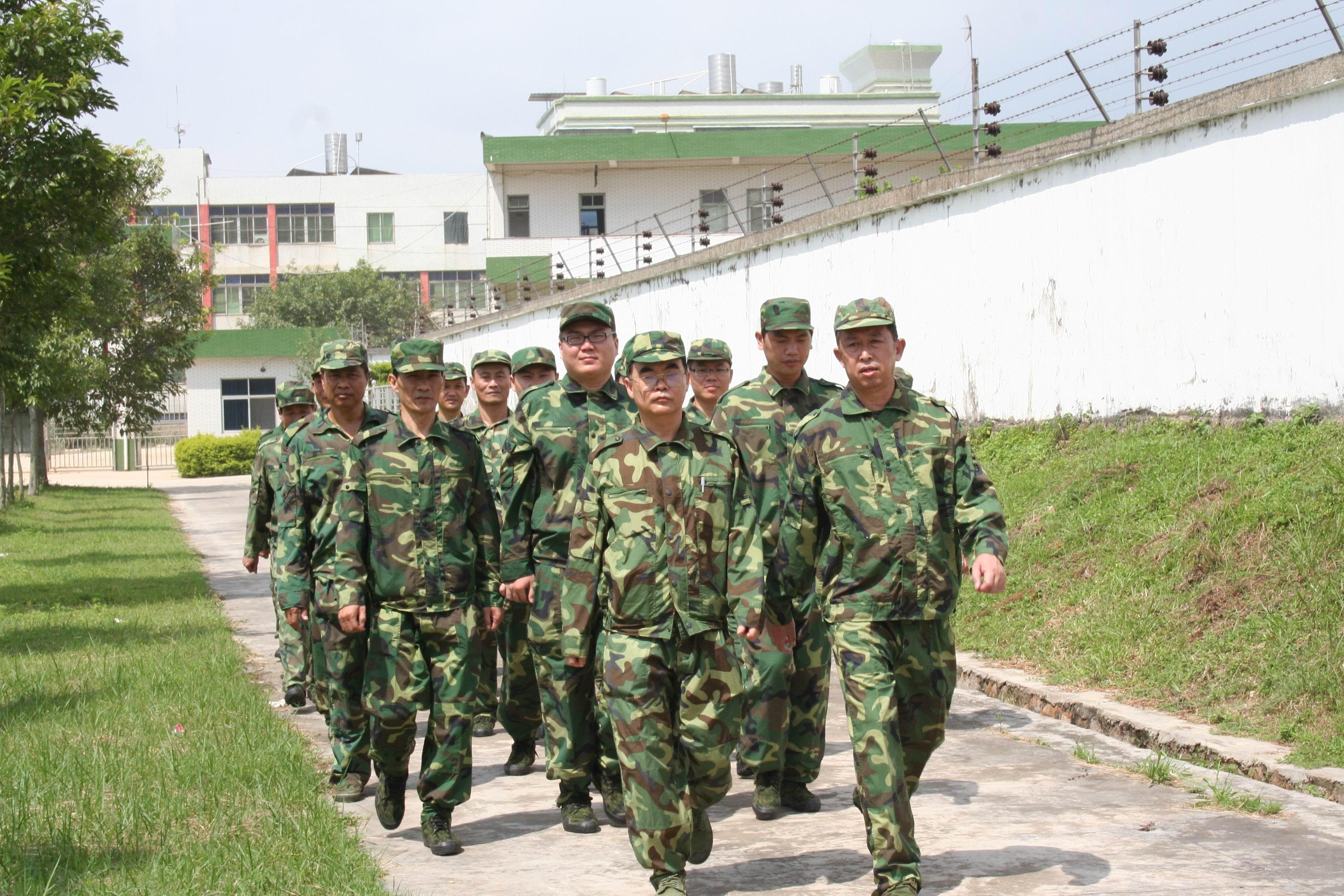 7月23日,潮州军分区司令员李庆文和参谋长刘胜国专门赶赴训练现场,在市人防办杨楚鹏主任的陪同下,检阅和检查了人防机关训练队伍。李司令员充分肯定了人防机关的训练活动成效,并对全体干部职工表示了慰问。他强调,人防部门作为未来反空袭的重要职能部门,平时担负着人防队伍的组织建设、人防设施的建设管理,战时担负着组织疏散、抢险救灾、人员掩蔽等职能,地位非常重要、关系异常重大。他要求我市人防部门平时要加强机关建设和队伍训练,提高整体战斗能力,确保在关键时刻能打得响、冲得上。